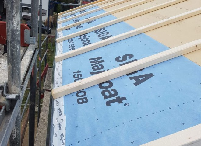 Dach wird mit Folie belegt