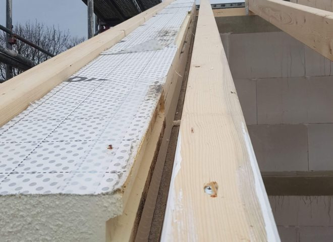 Ein Dach was mit Dämmmaterial gedämmt wird
