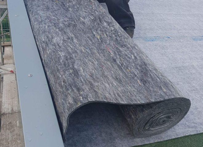 Dachfilz wird auf dem Dach ausgelegt