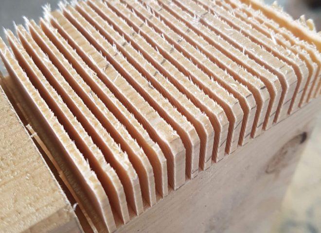 kantholz mit einkerbungen an einem ende