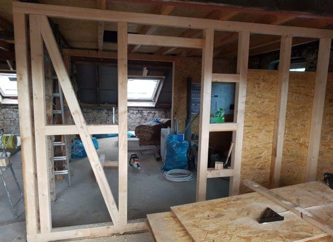 nicht fertige Innenwand aus Holz mit Pressspanplatten auf den Boden