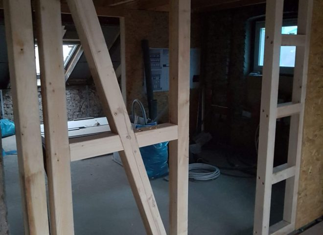 nicht fertige Innenwand aus Holz