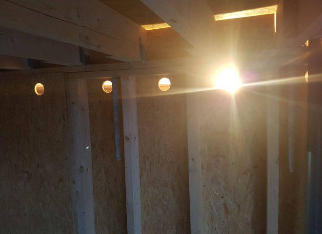 nicht fertige Innenwand aus Holz mit einseitig befestigten Pressspanplatten