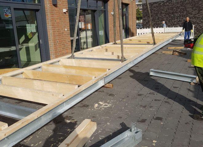 Vorbereitung das ein Vordach von einem Krahn hochgezogen werden kann
