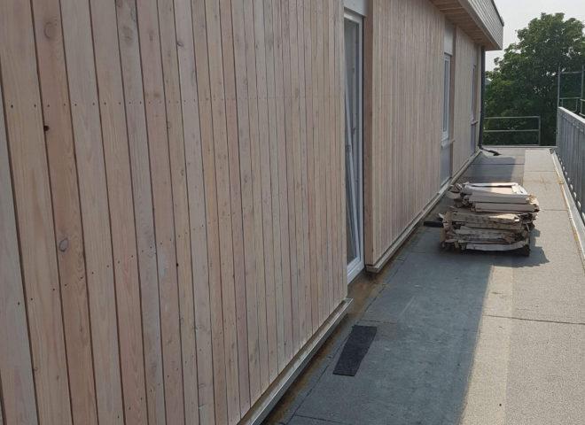 Fertig verkleidete Wand mit Terrasse