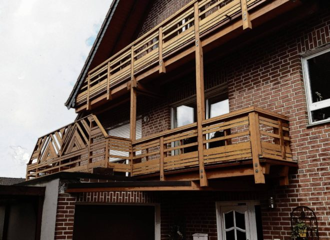 Ziegelsteinhaus von Vorne mit Balkon